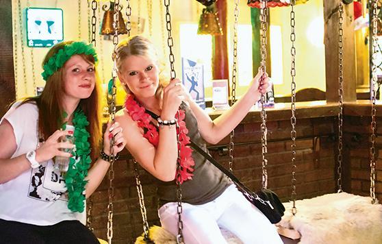 Importe Wochenenden2021_0011_girls auf schuakel.jpg